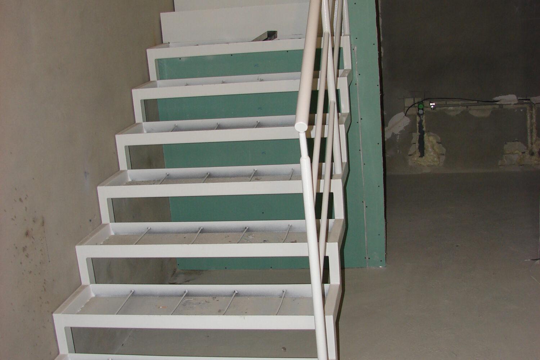 Квартирная лестница между этажами